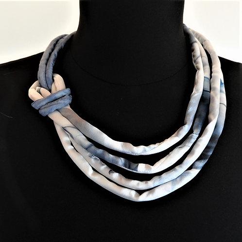 Collana di seta Pauline blu chiaro/bianco  52cm