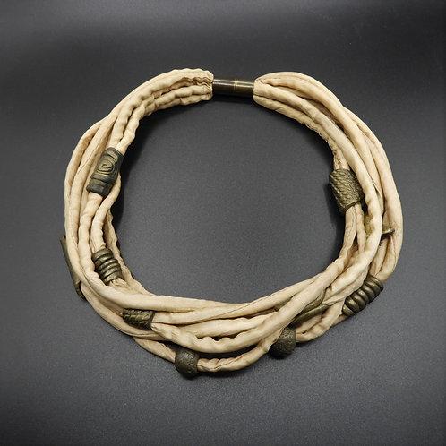 Collana in fili di seta beige con biglie 55cm