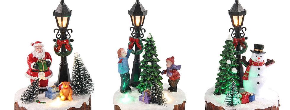 Træstub med gadelampe, juletræ og julemand/børn eller snemand