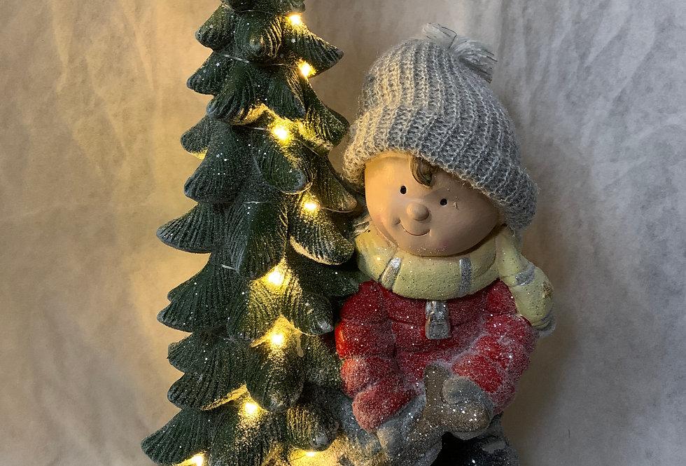 Julebarn og juletræ med lys i