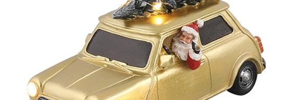 Stor metal bil med julemand, led lygter og juletræ med lyskæde på.