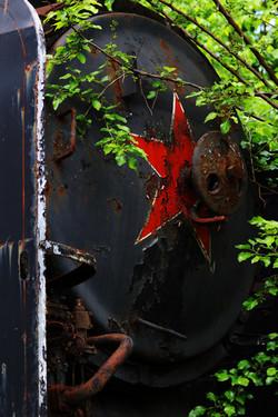Vörös csillagos 424-es gőzmozdony az Istvántelki Főműhelyben - urbex