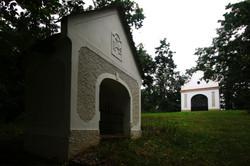 A barnagi kálvária egy stációja, a stáció végén található kápolnával