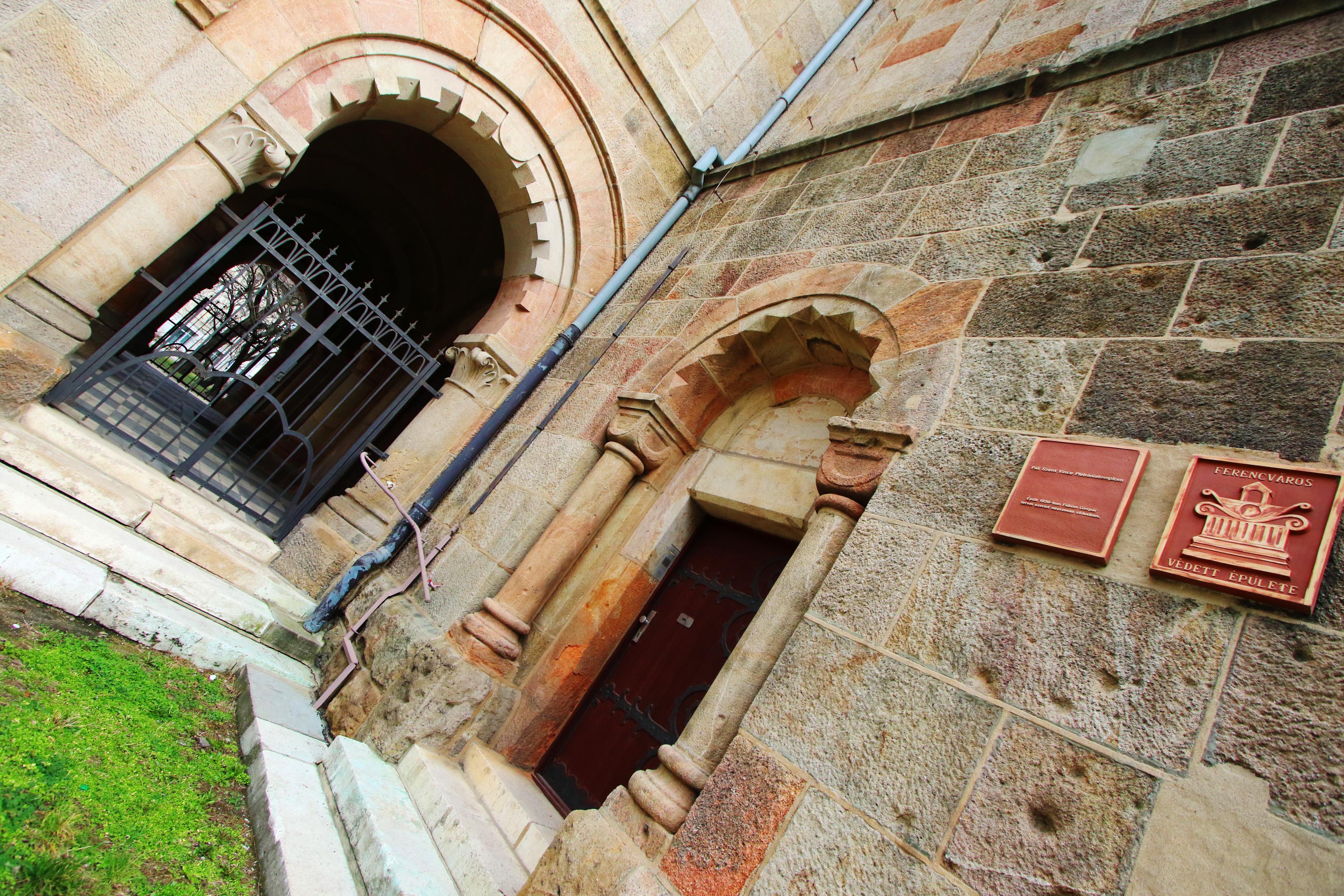 A ferencvárosi Páli Szent Vince templom - homlokzat részlet