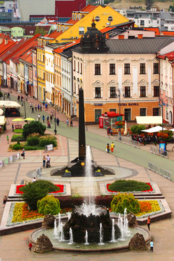Besztercebánya - Szökőkút és a Fekete obeliszk