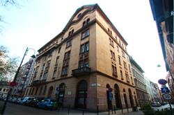 Az 1911-ben épült szecessziós épület aljába mozit tervezett az építtető. Ebben a moziban dolgozott P