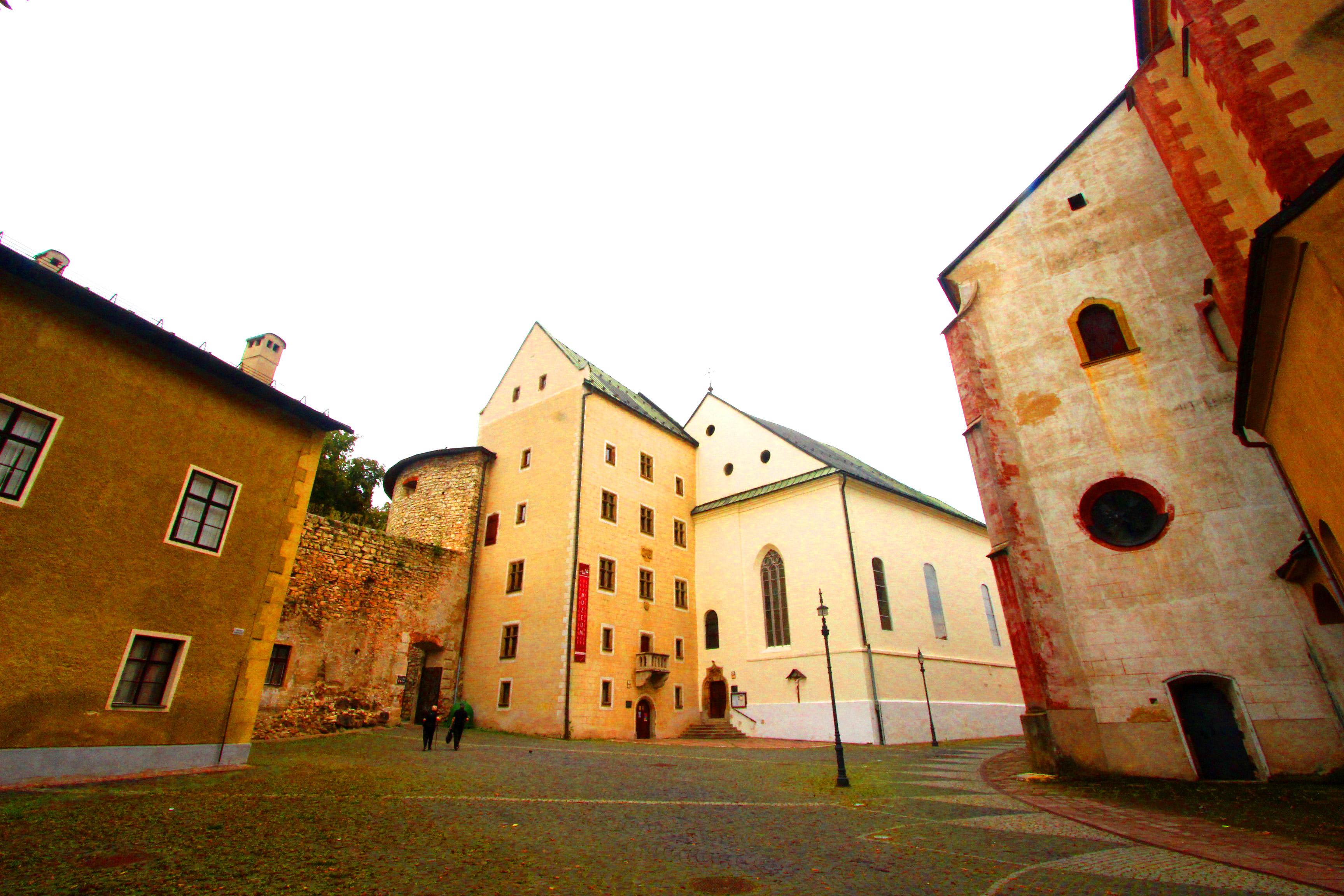 Besztercebánya - Mátyás király háza középen. Balra a régi várfal