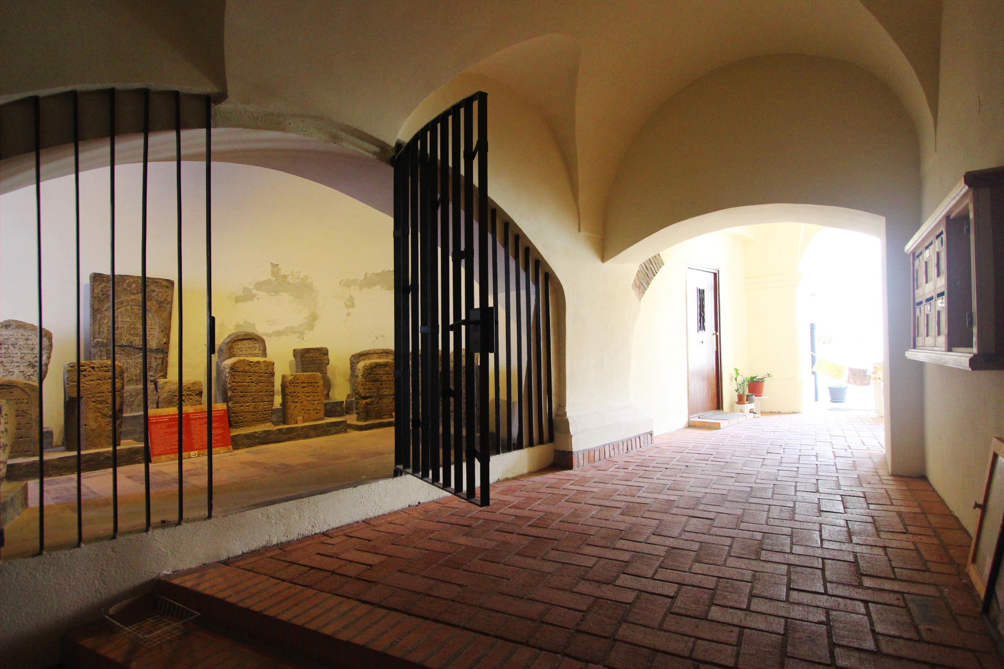 A Budai Várnegyed-béli Táncsics Mihály u 26. terrakotta és pasztellsárga homlokzata zsidó imaházat r
