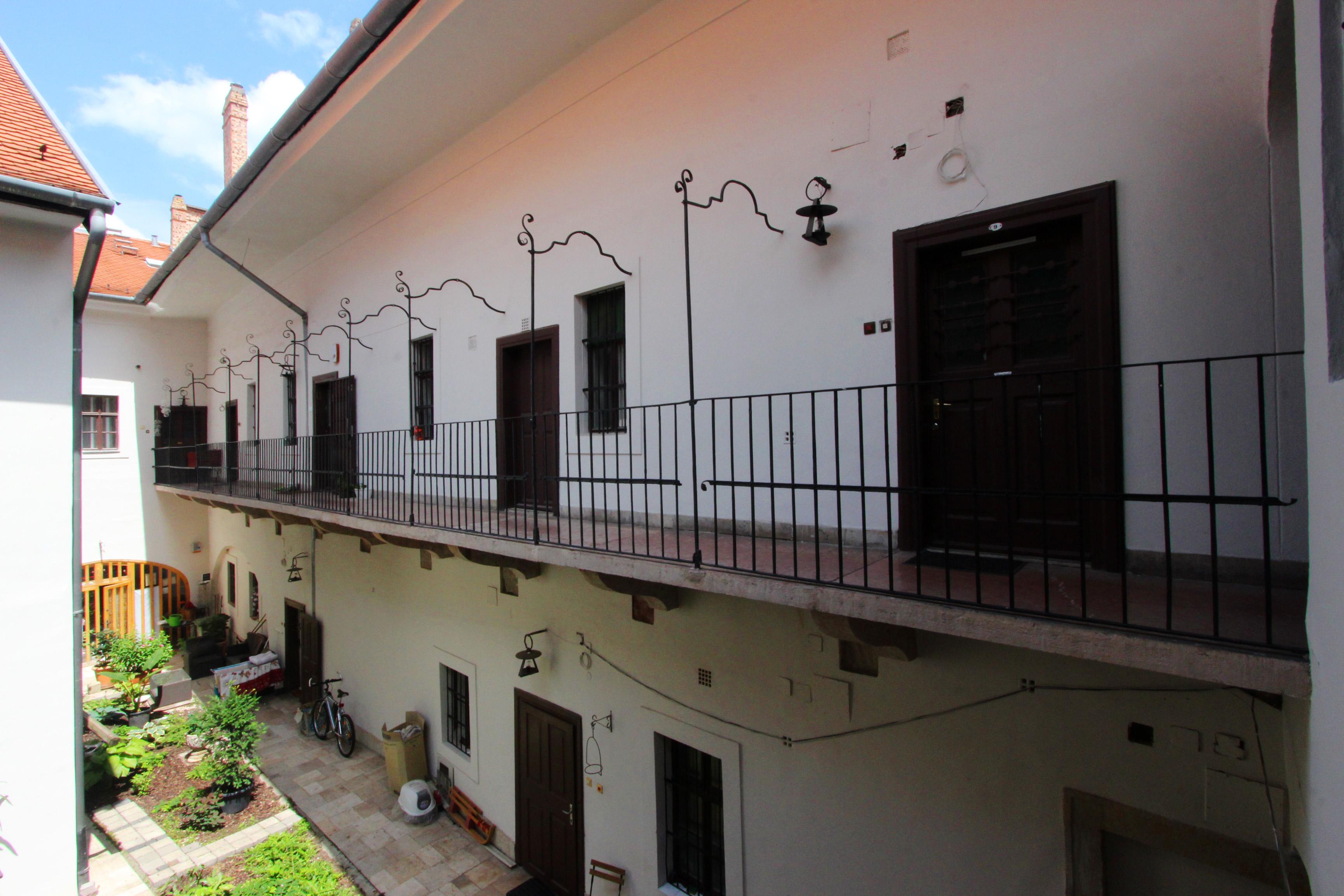 Budai várnegyed legrégebbi használatban lévő épülete a Vörös sün