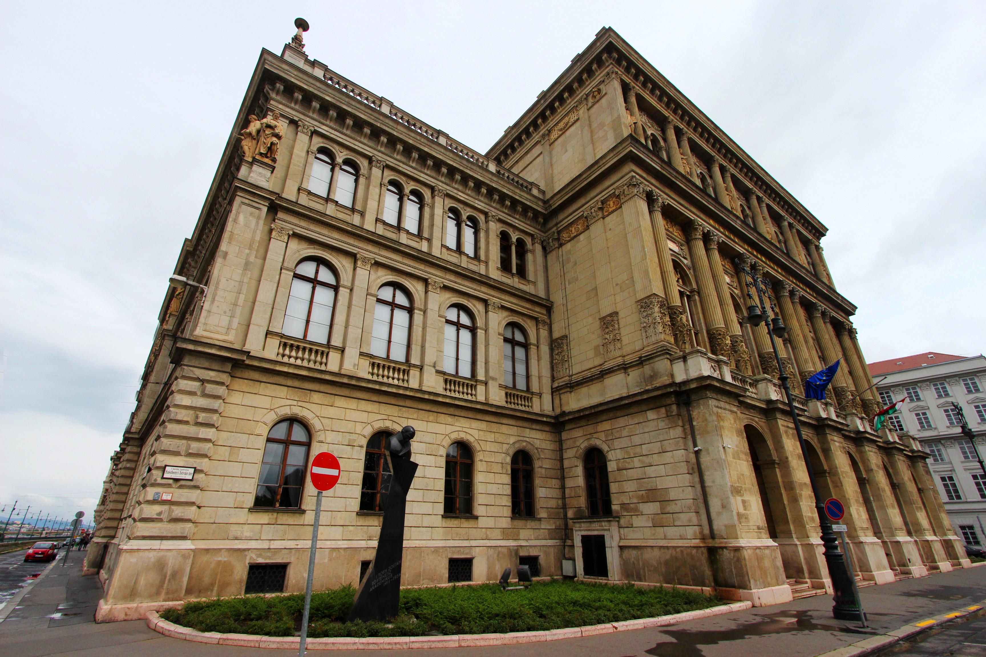 Magyar Tudományos Akadémia kívülről
