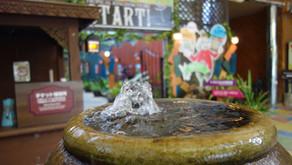 フルーツランド「トロピカル王国物語」にある不思議な水瓶、二つ重なった大きなツボから湧き出る水はどこから湧いているのか!?フルーツ魔法や秘密が溢れるテーマパーク、名護へお越しの際はぜひ遊びに来てね。