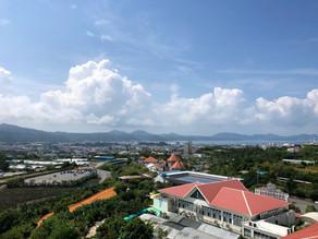 名護の海や街並み、そして壮大な山々の景色に囲まれたホテルです。