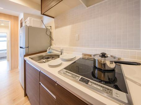 お部屋にはキッチンもございます。冷蔵庫からお皿まで全て揃っています。