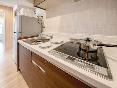 コンドミニアム ホテルナゴリゾートリエッタ中山にはキッチンがございます。料理をする事もできます。近隣のスーパーやレストランから持ち寄りをしたりもおすすめです。冷蔵庫・電子レンジ・お皿などもございます。