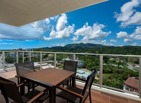 心地よい風が吹き沖縄も過ごしやすい季節です。コンドミニアムホテルリエッタ中山のベランダからは山々の緑と空や海の青が広がっております。宿泊と共に癒しの空間で朝食やゆったりのティータイムがおすすめです。