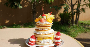 沖縄フルーツランドのフルーツカフェの大人気スイーツ絵本の国パンケーキ。トロピカル王国は絵本の国を冒険するテーマパーク、物語を楽しんだ後は皆様におすすめです。フルーツなどももちろん贅沢にトッピングです。