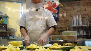 トロピカル王国物語を楽しんだ後は、フルーツカフェです。ショーキッチンではフルーツのカットシーンが楽しめます。大人気ロングセラーのフルーツボードは季節の果物が盛り沢山。沖縄フルーツらんどのオススメです。