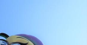 沖縄フルーツランドの正面を看板を見上げると素晴らしい青空が!トロピカル王国物語という絵本の世界を冒険するテーマパークにはもってこいの天気です。フルーツ魔法や秘密などに囲まれたアドベンチャーランドです。