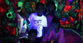 沖縄フルーツランドは、絵本の世界を冒険するテーマパークです。物語の名はトロピカル王国物語。見えない妖精の洞窟や導きの滝などたくさんの秘密をときフルーツ魔法を覚え王様を助け出そう。沖縄の名護市です。