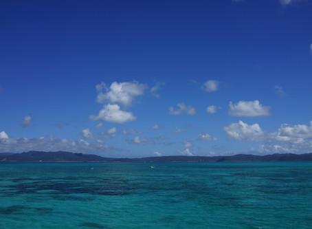 沖縄の海の写真です。コンドミニアム ホテル名護リゾートリエッタ中山から約20分、古宇利島の大橋からの眺めです。青い海と北部の山々が見えます。元気いっぱい沖縄の自然を満喫できる日が楽しみです。