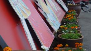 フルーツランドの正面にはトロピカル王国物語のテーマパーク看板がございます。インスタ映えの写真スポットになっており、多くのお客様が撮影を楽しんでおります。沖縄名護市に咲く季節のお花もかわいいですね。