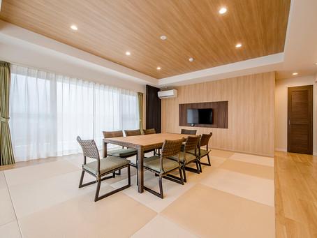 ゆったり広々のリビングやベットルームで暮らすように宿泊できます。沖縄フルーツランドやコンビニも敷地内にある便利で楽しいホテルです。お部屋のご宿泊はこちらのホームページからネット予約が可能です。