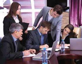 réunion d'équipe en travaillant sur des ordinateur