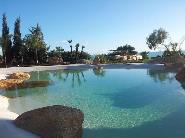 piscina con spiaggia..jpg