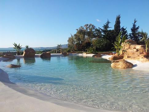 piscina con spiaggia.jpg
