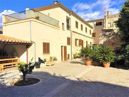 Prachtig herenhuis volledig gerenoveerd met grote patio en garage in Llucmajor
