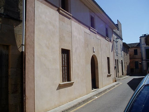 Townhouse with large courtyard which needs reform in Algaida
