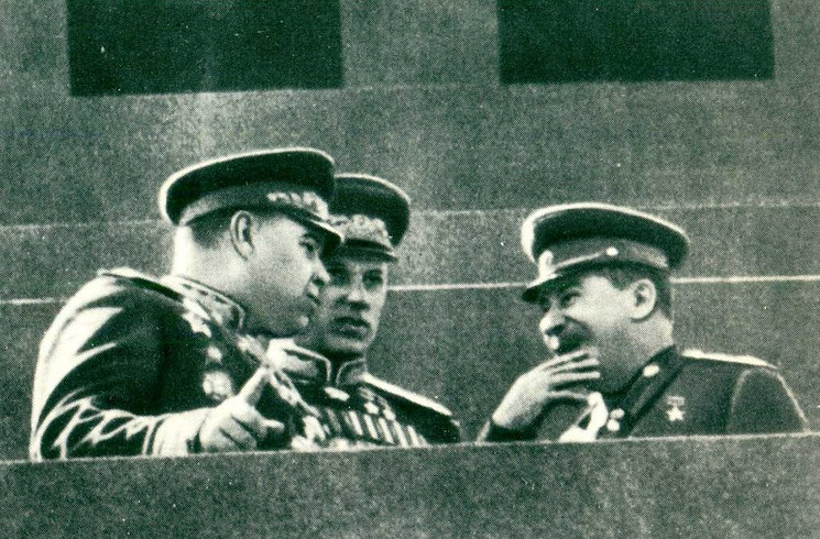 alt-Иосиф Сталин и маршалы Константин Рокоссовский и  Александр Василевский (слева)