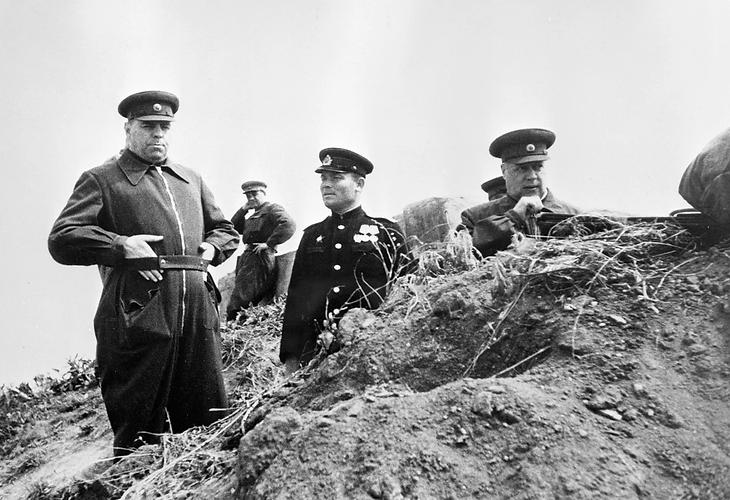 alt-Маршалы Александр Василевский и Фёдор Толбухин наблюдают за полем боя на подступах к Севастополю (1944)