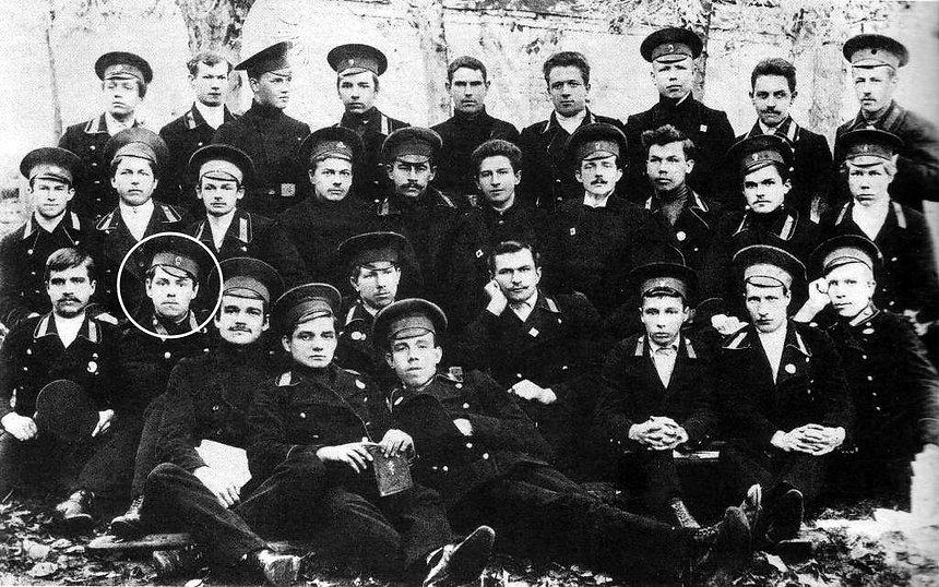 Александр-Василевский-среди-учащихся-Кос
