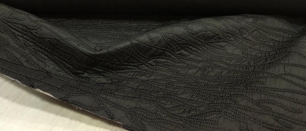 Acolchado negro con bordado