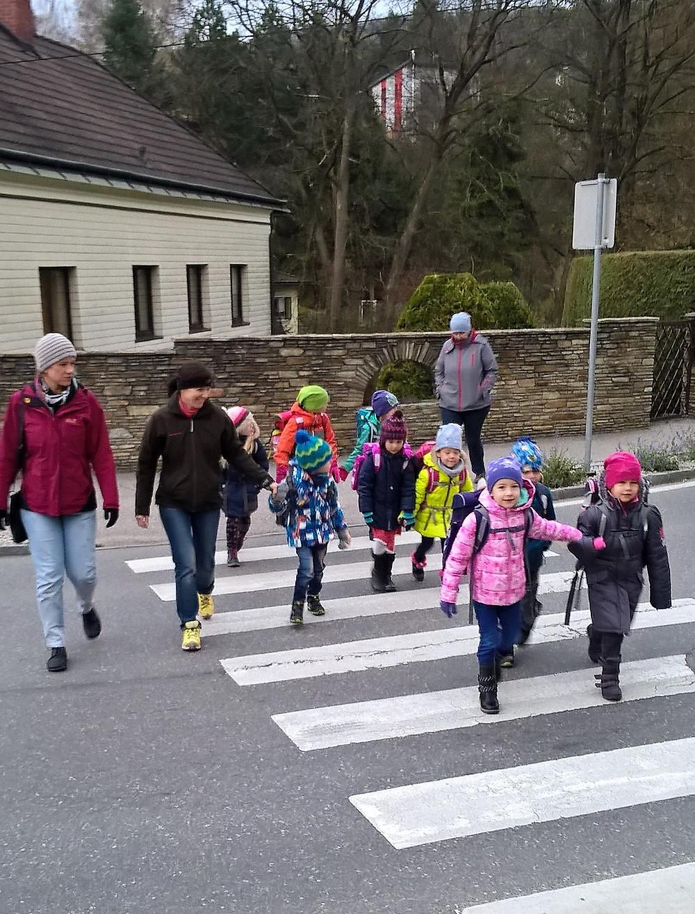 Erstklässler mit Eltern auf dem Weg in die Schule