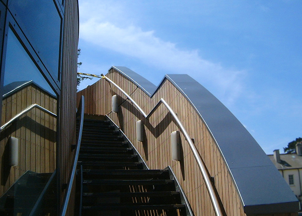 aluminium paraptet wall coping by stairs