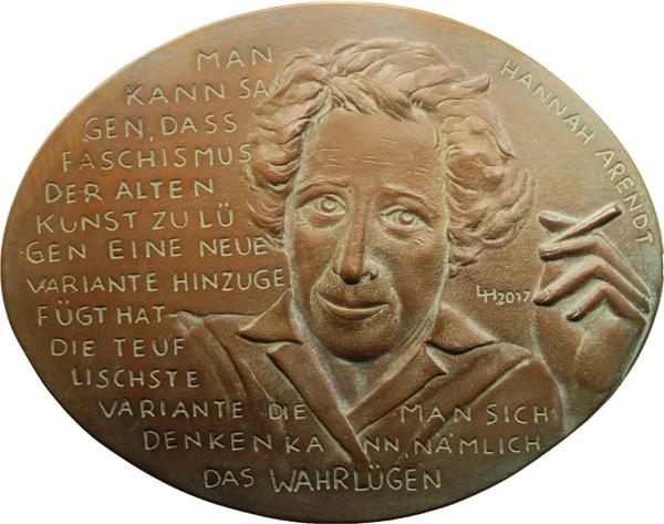 """Lucia Maria Hardegen, Medaille """"Hannah Arendt"""" (einseitig), 2017, Bronze, 110 x 140 mm"""