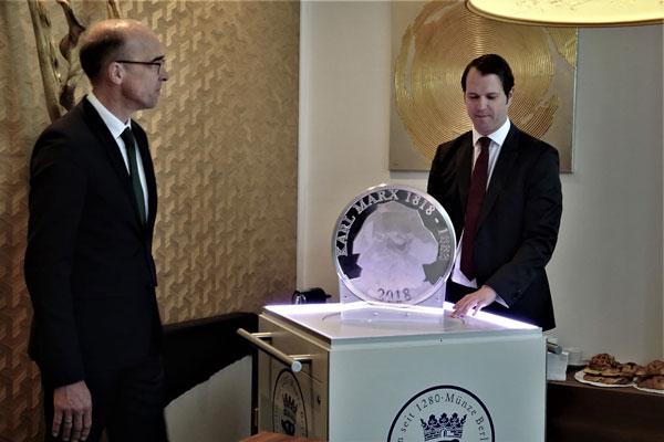 Andreas Schikora und Christian Brenner freuen sich, im Laden Leipziger Straße 1 eine solche numismatische Rarität aus Silber präsentieren zu können.