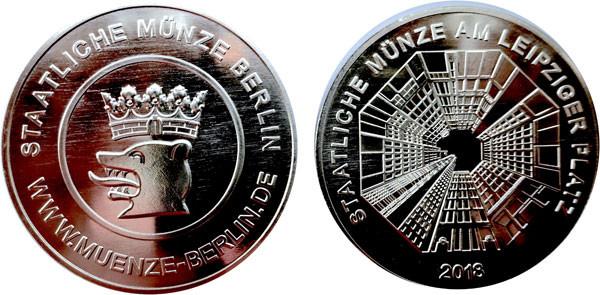 Ihrer langen Serie von Medaillen hat die Staatliche Münze Berlin 2018 diese Ausgabe mit Bärenkopf und Ansicht des Leipziger Platzes hinzugefügt.