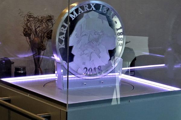 Der Riesen-Marx ganz aus Silber ist beim Edelmetallhändler philoro für 100.000 Euro zu haben.