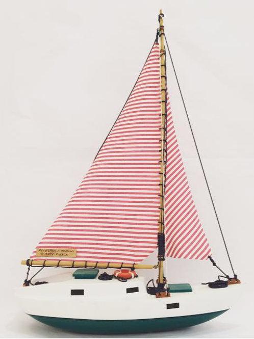 Barco veleiro verde e vermelho
