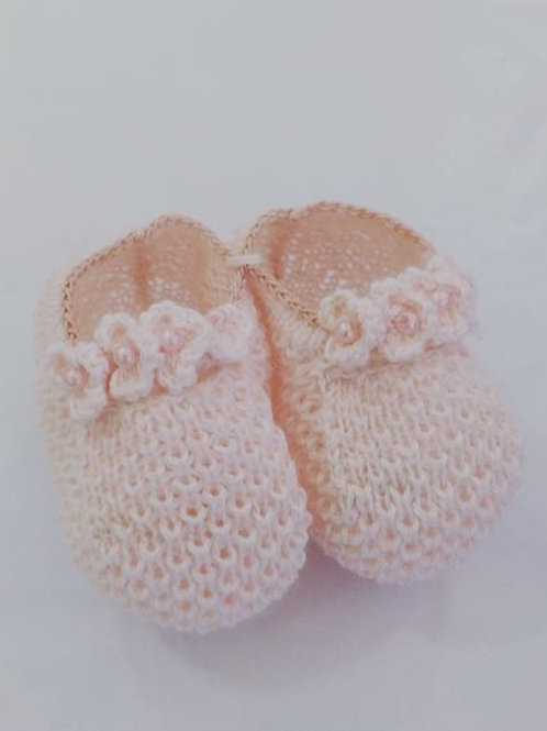 Sapatinho de tricot flor rosa