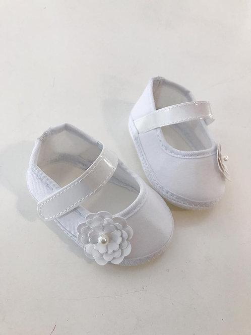 Sapato branco com flor e pérola