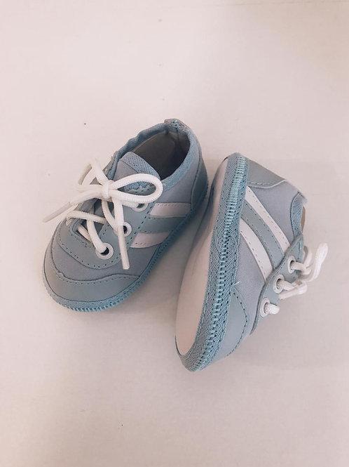 Tênis estilo Adidas azul bebê e branco