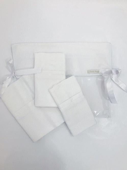 Kit com 01 envelope, 02 fraldinhas de boca e 01 de ombro com tecido branco de pi