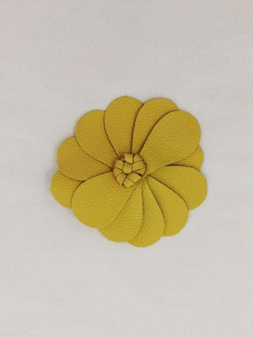 Presilha Flor em couro amarelo