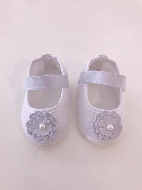Sapato branco com flor e pérola na frente com fecho em velcro.