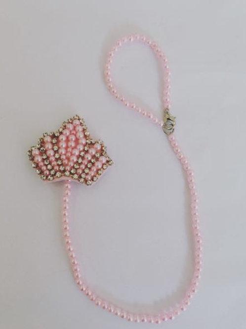 Prendedor de chupeta coroa rosa