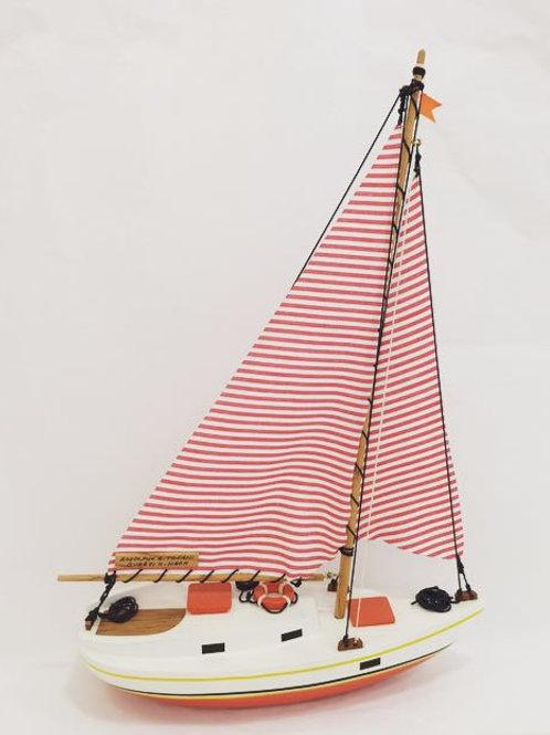Barco veleiro laranja e vermelho